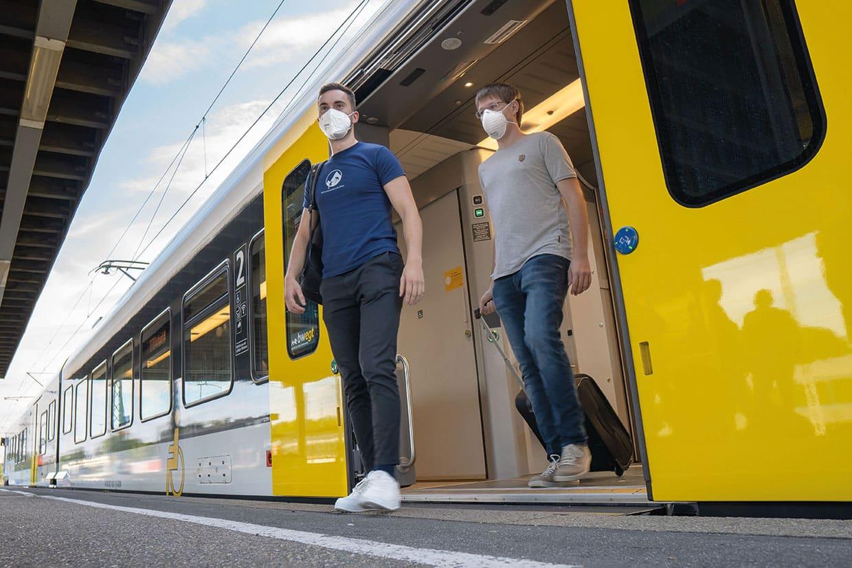 """Nächster Halt Crailsheim: Zwei Teilnehmer der Entwickler-Konferenz - Philipp Schickling und Gabriel Freinbichler - bei der Ankunft am Bahnhof. Anlässlich der """"Developer Conference"""" reisten Teilnehmer europaweit an."""